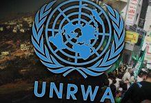 """اتفق وزير الخارجية الأردني، ومفوض وكالة الأمم المتحدة لإغاثة وتشغيل اللاجئين الفلسطينيين، على برنامج العمل الذي سيعتمد، لسد العجز المتوقع بموازنة الوكالة هذا العام. وأكد الوزير أيمن الصفدي، ومفوض """"الأونروا"""" بيير كرينبول، خلال لقائهما في عمان اليوم الأربعاء، استمرار العمل، مع الشركاء في المجتمع الدولي، لتوفير الدعم السياسي والمالي، لتمكين الوكالة من المضي قدما بتقديم خدماتها لـ 5 ملايين لاجئ، لا سيما وأن العجز المقدر سيصل إلى حوالي 200 مليون دولار. ولفت الصفدي خلال اللقاء، إلى أن أهمية استمرار دعم الوكالة، ليس فقط لما تقدمه من خدمات، ولكن لأن في ذلك تأكيد على أن المجتمع الدولي لا يزال ملتزما بتلبية حق اللاجئين، وفق قرارات الشرعية الدولية، وخصوصا القرار 194. وقال الصفدي، إن عدم توفير الدعم اللازم """"للأونروا""""، سيحرم 560 ألف طالب فلسطيني من حقهم في التعليم، وملايين المرضى من العلاج، والمحتاجين من المساعدات، وسيفاقم التوتر في المنطقة، ما يهدد الاستقرار والأمن الدوليين.  وثمن الصفدي وكرينبول، موقف المجتمع الدولي الإيجابي، في دعم الوكالة، والذي ظهر العام الماضي في تخفيض العجز من حوالي 446 مليون دولار، إلى أقل من عشرين مليون دولار. وبحث الصفدي وكرينبول، سبل تنفيذ توصيات اجتماع ستوكهولم، الذي أكد ضرورة سد الفجوة التمويلية في موازنة الوكالة، وأن قضية اللاجئين هي قضية من قضايا الوضع النهائي، تحسم في إطار حل سياسي شامل للصراع، على أساس قرارات الشرعية الدولية. من جهته، ثمن المفوض العام """"للأونروا""""، الجهود التي تقودها عمان لدعم الوكالة وحماية حقوق اللاجئين الفلسطينيين. وكان الصفدي، أكد أمس الثلاثاء أن أي طرح اقتصادي لمعالجة تداعيات الصراع الفلسطيني الإسرائيلي، لا يمكن أن يكون بديلا لخطة سياسية شاملة لتنفيذ حل الدولتين."""