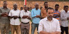 سفير بريطانيا في السودان يؤم جماعة من المصلين بعد مأدبة إفطار