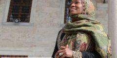 """المغنية الأمريكية """"ديلا مايلز"""" : أشعر ببراءة الطفولة عقب اعتناقي للإسلام"""