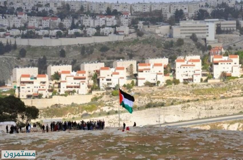 اعلام فلسطين ترفرف على عدة طرق رئيسة بالضفة