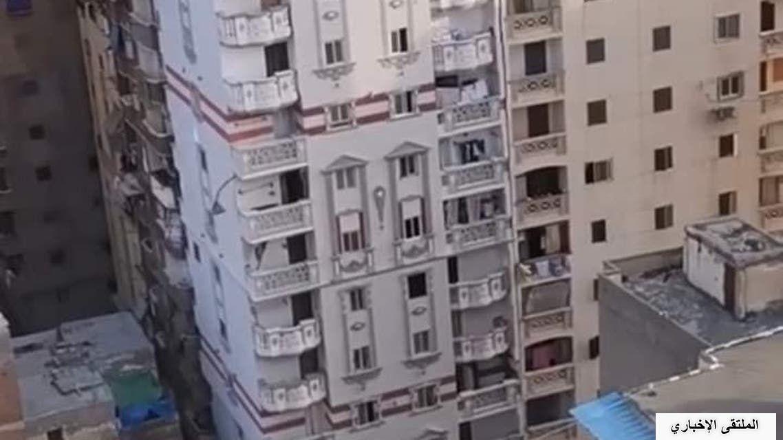 بالصور .. بناية مائلة في مصر والسلطات تخليها من ساكنيها